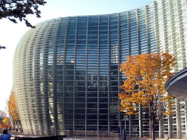 晩秋の国立新美術館へ。波打つような巨大なガラス壁が目をひく日本で5番目の国立美術館。この日はピカソ展の開催中。存在感のあるこの建造物圧倒されました。