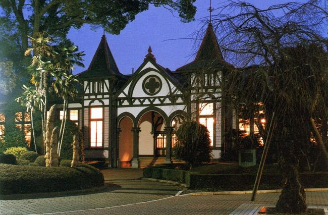 茨城県土浦市にある旧土浦中学校本館を訪ねてみました。<br /><br />旧土浦中学校は現在土浦第一高等学校となっていますが、本館は1904年(明治37)に竣工され、もう100年以上の歴史を有する旧制中学校校舎です。<br /><br />この本館は、明治時代において数少ない木造洋風建築物で、しかも装飾性などが全くないバラック(「急造の兵舎」の意)式校舎が一般的であった当時にあって、西欧の香りがするゴシック風の一段と斬新なものでした。<br /><br />旧制中学校校舎の多くが姿を消していく中、旧土浦一中本館はその特色ある原型を十分保ち続けてきました。そうした観点から、1976年(昭和51)旧制中学校校舎として全国初の国重要文化財に登録されました。<br /><br />1時間余りの見学を終えると、しばし明治の学舎にいるような気がして、特に教室で座っていると、その場を離れがたい気持ちでいっぱいでした。(カバーで使用した写真は、土浦一高で発行された絵葉書を使わせていただきました。)<br />