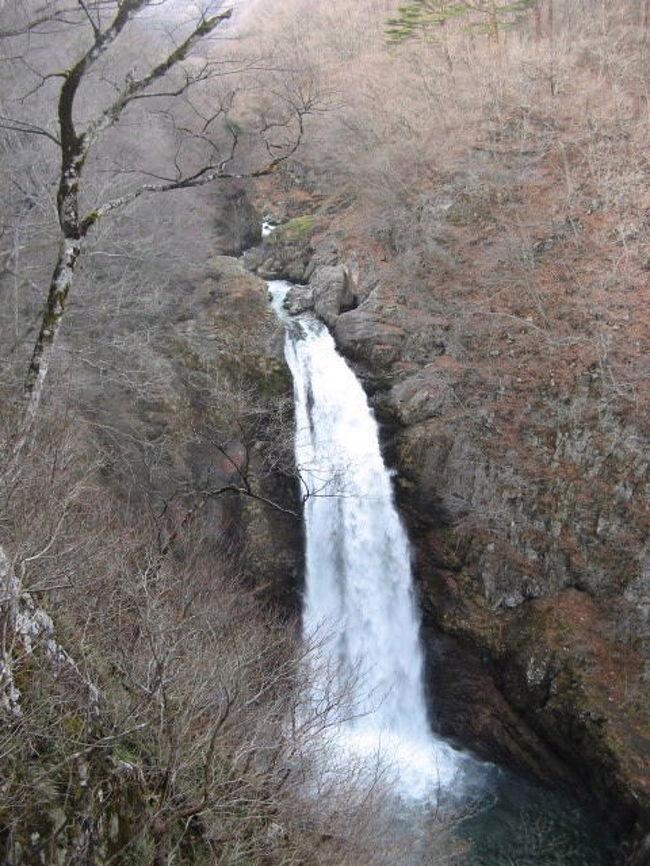 2008年12月13日ー14日。作並温泉から秋保(あきう)温泉に向かいました。今回秋保温泉にはお目当ての露天風呂はなく、まず「日本の滝百選」にも選ばれていてる「秋保大滝」を見に行きました。想像以上に豪快で迫力があり感激!日光の華厳の滝をはるかに越えるものでした。秋保温泉湯元近くの二口渓谷「磊々峡(らいらいきょう)」は名取川沿いに深さ20mもの大きな岩で出来た渓谷が続き、紅葉の時期は過ぎていましたが、遊歩道からの眺めが素晴らしかったです。すぐそばの主婦の店「さいち」で売っている「秋保おはぎ」がこれまた絶品!自由な個人旅行ならではの収穫に大喜び。。。近いうちにまた行きたいです。