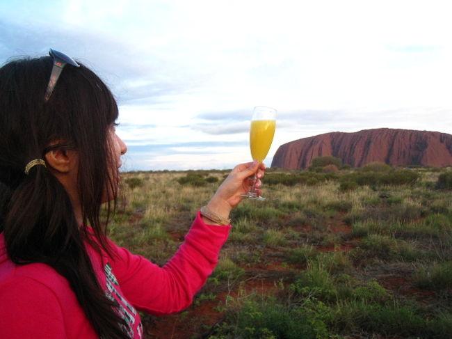 <br />初めてのオーストラリアへ行って来ました♪<br /><br />エアーズロック+ケアンズの2都市へ8日間の旅です★<br /><br />カンタス航空にてケアンズ乗り継ぎ→エアーズロックへ。<br /><br />前半2泊は エアーズロックリゾートで泊まり。<br /><br />到着初日:カタジュタ散策〔風の谷のナウシカのモデルになったといぅ谷〕〜ウルルサンセット眺め〜オージーバーベキュー。オージービーフめっちゃ味がなかった。。。<br /><br />2日目 早朝:3時半ホテル出発←死ぬほど眠い(TДT) <br />ウルルサンセット眺めながら朝食食べる・この時に飲んだ味噌汁がすっごぃうまかった(´▽`)ノ で、〜ウルル登頂〜でしたが・・・<br /><br />強風の為にウルル登頂出来ず・・・無念!!エッ(゚Д゚≡゚Д゚)マジ 急遽ウルル近辺散策コースへ 約2〜3時間 意外に拘束時間長し。<br /><br />昼:ホテルのプールにてくつろぎ 朝早く起きたのでパラソル下にて爆睡。<br /><br />夕方:リゾート内のレストランにてディナー<br /><br />夜:星空観測・ナイトスカイツアー<br /><br />2日目 2泊いる人はもう一度ウルル登頂のチャンスが与えられる。<br /><br />凝りずに2度目のチャレンジ。<br /><br />ということで、また朝の4時起きコース。登れなかったら、即帰るコース。<br /><br />期待して行きましたが、この日も強風の為に、しっかり登り口が閉鎖・・・ガ━(;゚д゚)━ン!! <br /><br />そんな・・・そんな・・・<br /><br />日本を旅立つ時にエアーズロック登って来る!ってあれだけ、<br />豪語したのにぃ。。。<br /><br />もちろん帰って来て、皆様にどうだった?って聞かれたが・・・<br />ウフフ・・・登れなかったの モジ(((*´ε` *)(* ´З`*)))モジ<br />ってな感じで言うしかなかった。。。今となっては笑い草。<br /><br />またオーストラリアを訪れる大きな宿題を残して、エアーズロックを離れる。<br /><br />午後からは ケアンズへと旅立つ。<br /><br />:表紙:パワースポットウルルとサンセット乾杯:<br />そして頭にかけていたサングラスを初日にてなくす。<br /><br /><br /><br /><br />