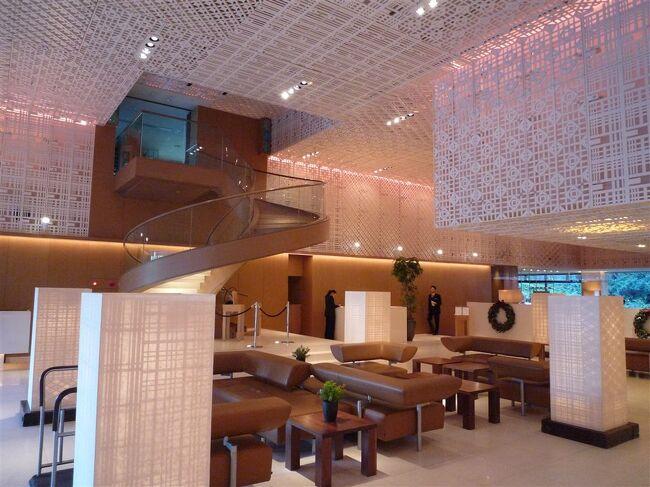 「蓮華王院 三十三間堂」すぐ横に建っているハイアットリージェンシー。<br /><br />元々は1971年に京都パークホテルとして開業したホテルを買収後改装したらしい。<br /><br />ハイアットとは関係ないがこの「蓮華王院 三十三間堂」はこの宿に泊まってでもずっと眺めていたいほどに素晴らしい。<br /><br />ちんちくりんが観てきたアジアのどの仏堂も遠く足元に及ばぬほどに素晴らしい。<br /><br />こういうことを云ってはいけないのだろうけれども全く比較にならない程に非常に緻密で繊細。<br /><br />日本人の底力を感じます。<br /><br />さて、、、ホテルに話題を戻します。<br /><br />このホテル、ロビーなどは京都らしさを表現した和のテイストがふんだんにちりばめられていてとてもセンス良くまとまっている。<br /><br />HYATTリージェンシーとは思えないほど柔らかで上品な雰囲気です。<br /><br />ハイアットを知らない人へ簡単に説明するとハイアットは上位クラスから「パークハイアット」→「グランドハイアット」→「ハイアットリージェンシー」といったカテゴリーに別れています。<br /><br />個人的にはこのホテルは六本木の「グランドハイアット」より良いと思う。<br /><br />部屋は非常に凝った作り。<br /><br />京都の雰囲気を緻密に旨く取り入れている。<br /><br />こういったタイプの部屋デザインは本当に難しく、少し間違えると安っぽくなることが多いのですがこのホテルでは非常に洗練されたデザインで見事に表現しています。<br /><br />お部屋の浴室も広く、まるで温泉に来たような開放感。<br /><br />只、他に比べお手洗いの間取りやデザインはすこし手を抜いたのか?<br /><br />部屋の設備はごくありふれていますがスタッフの対応は大変によく教育されていてホスピタリティーが非常に優れている。<br /><br />朝食も非常に高品質な素材で美味。<br /><br />どれを食べても平均点以上の美味しさ。<br /><br />リージェンシーとは思えないほどのクオリティーを提供していると思います。<br /><br />京都お薦めの宿ですね。<br /><br /><br />詳細<br />http://www.hyattregencykyoto.com/