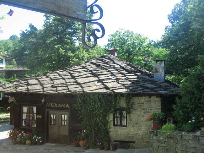 2008/07/13日 ブジェンツィ村、エタラ野外博物館からガブロヴォへ<br />【宿泊:Hotel Balkan(ガブロヴォ泊)】<br />・ブジェンツィ村散策<br />・ソコロヴォ僧院<br />・シプカ峠の記念碑<br />・エタル野外民俗博物館<br />ガブロヴォ散策(ここから現地ガイドと別れて一人旅)<br />・ユーモア博物館<br /><br />こういってはなんですが、ブジェンツィ村はほとんどテーマパーク同然だと思いました。<br />テーマパークと違うのは、昔は実際に人が住んでいたホンモノの村だったことでしょうか。<br /><br />ブジェンツィ村は、最盛期にたくさんあったブルガリア民族復興時代の建物を保存するため、かつての農家を、カフェやレストランやペンションとしてよみがえらせた村です。<br />おかげで廃村となることから逃れました。<br />そのような小さな村がバルカン山中にはいくつもあるそうです。<br />そしてそのほとんどの成立由来は、オスマントルコによるブルガリア征服です。<br />人々はオスマントルコから隠れ住むためにバルカン山中に逃れて、そこで村や町を作り上げました。<br /><br />1歩ごとに足を止めたくなるような絵になるブジェンツィ村。<br />ブルガリアにいくつかあるミュージーアム・タウンに数えられるのも納得です。<br /><br />しかし、実はこの村には今や住人はいません。<br />カフェやレストランやペンションで働く人たちも、近隣の町や村からの勤め人です。<br />村の外側はよみがえりましたが、村の内側はよみがえることはなかったのです。<br />それを思うと、村を散策していても、一抹のむなしさ、というか、寂しさを感じないわけにはいきませんでした。<br /><br />でも、村が存続するために近代化されていたら、この美しさはどれほど保存されたでしょうか。<br />ましてや社会主義時代の工業化の波に晒されていたら!<br />それに私だって働き盛りのうちは、山奥ではなく便利な都会に住みたいと思います。<br />やっぱりどんな形でも残っていてくれてありがとう!───と言いたくなったのは確かです。