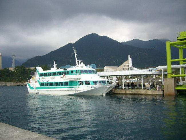 平成20年12月16日(火)<br /> 屋久島とは今朝でお別れである。出発までに時間の余裕があったので宿の周辺を散策した。宿の裏手の川には魚が群れて泳いでいるのを目撃できた。<br /><br /> 9時にホテルを出発して宮の浦港からジェットフォイル船トッピー号で種子島へ向かった。船上から宮之浦岳が見えるだろうと期待していたが屋久島の上空に雲がかかっていて眺めることができなかった。<br /><br /> 50分程の航海で種子島の西之表港に接岸した。出迎えた現地ガイドは「けり」さんと紹介された。30代の女性である。面白い名前だなと思いながら胸につけている名札を見ると花里と書いてある。花=け、里=り と読むのである。<br /><br /> バスは島を北から南へ向けて縦断する形で南端の種子島科宇宙センターへ向けて疾駆した。<br /><br /> 途中雄龍雌龍の岩を車窓から見学した。種子島宇宙センターの手前の「大和ホテル」で昼食を摂った。