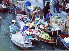 賑いを見せる「ダムヌン・サドゥアック水上マーケット」(バンコク)