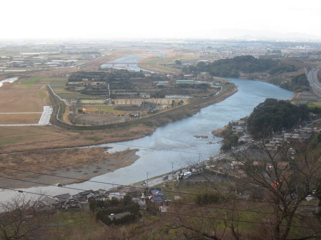 1月の3連休の最終日、日帰りで福岡市内から2時間ほどの<br />原鶴温泉に行きました。<br /><br />この日は、福岡ではめったにない大雪警報発令(*_*;<br />路面凍結の心配もありましたが、とりあえず行ってみよう!<br />ということで出発しました。<br /><br />原鶴温泉に着いたころは、かなりの大雪。寒む〜。<br />そのせいか温泉は誰もおらず貸切状態でした。ラッキー☆ (^^v<br />眼下に筑後平野と筑後川を見渡すことができる開放感いっぱいの温泉で、心地よい時間を過ごすことができました。<br /><br />温泉後は、ホテルでのランチ。<br />温泉とおいしい食事で癒されたお出かけとなりました♪<br /><br /><br /><br /><br /><br />