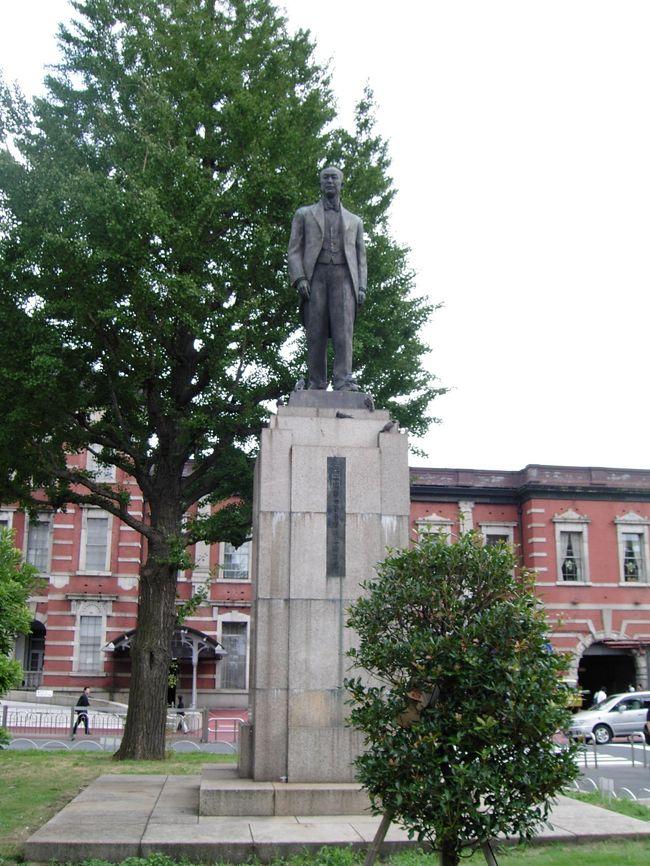 その銅像は、東京駅丸の内中央出口の右側の公園にありました。<br />誰?鉄道の父 井上勝の銅像です。現在東京駅保存・復原工事により、<br />撤去・保管されいる模様。<br />この旅行記を書くきっかけは、工事完了後の丸の内の元の場所には<br />井上勝の銅像が見当たらないので、皆様方の記憶に留めていただきたく、<br />ご紹介する次第。<br /><br />(表紙写真の解説の誤り訂正:井上勝写真は誤り=>銅像2009年2月13日)<br />(表紙の撮影は、2005年12月17日、旧新橋停車場の鉄道歴史展示室)<br />(工事前の撮影は、2005年8月27日、東京駅丸の内)<br />(現在工事中の撮影は、2009年1月8日、東京駅丸の内)
