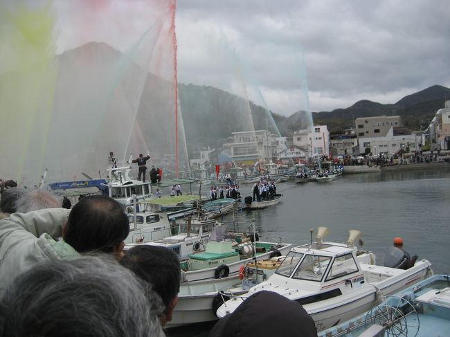 昨年2月にも日生を訪れ、牡蠣祭りがあることを知っていましたが、放水合戦が2月の第一日曜日にあるということなので行ってみました。紅白の旗の元、源氏と平家に別れ海上で相手に向かって放水する源平放水合戦は、備前市・日生町消防団の出初め行事(備前市消防団日生方面隊出初式)だそうです。最後には一年の安泰を祈念し、5色の海水を天高く放水しフィナーレを飾っていました。海上で相手に向かって放水する様子は おもしろかったです。また、「ひなせ甚九郎市」では、焼き牡蠣の無料サービスもあり、家族連れでにぎあっていました。(1万個の牡蠣のサービス)