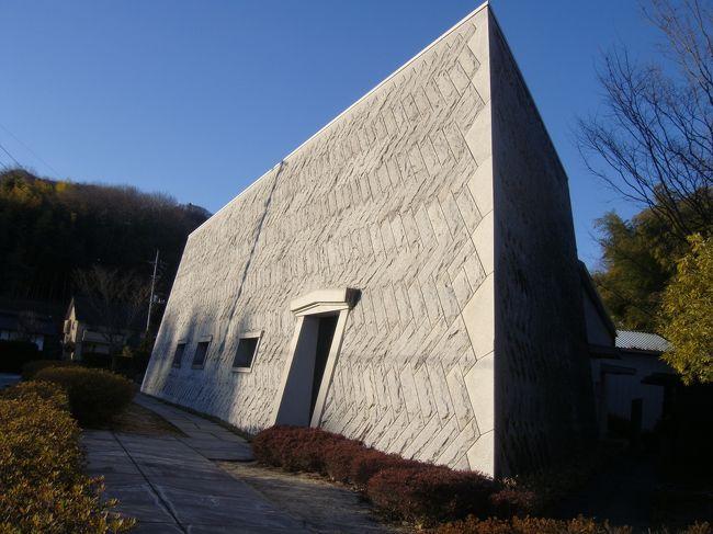 北関東自動車道路「桜川築西インター」で頂いた笠間市案内図を見ていて、「石の百年館」を発見!ま・ネーミングから誰もが「石に関する百年の歴史の博物館に違いないな」と思います。どんな石か、何に使用するのか、石の勉強をしました。大人300円。早速見学開始です。