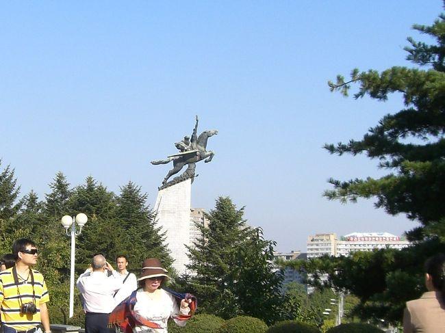 中国滞在中に、北朝鮮に行けるとの情報入る。<br /> 前年に中朝国境の遼寧省丹東市から、鴨緑江越えで眺めて、行けたらないいな〜なんて思っていた。<br /> 扱い旅行社と度々打ち合わせをし、その社が十分信頼に足ることが判り、日本人の仲間4人と一緒する。 <br /> どうせ行くのなら陸路を、列車の利用で行きたいとの希望を出すも、避けたほうが良いとかのアドバイス有り。<br /> ビザは別紙形式(旅行者ビザ)で、パスポートには全く痕跡は残らなかった。<br /> 私たちには、いわゆる「報道機関」を通してしか知ることのできない、彼の国(かのくに)です。<br /> しかし、今回 自らの足で行って立ってみて、「やはり そうなのか〜」も有ったが、思いを新たにする場面の方が多々でした。<br /> 相互理解の進むことを願っています。