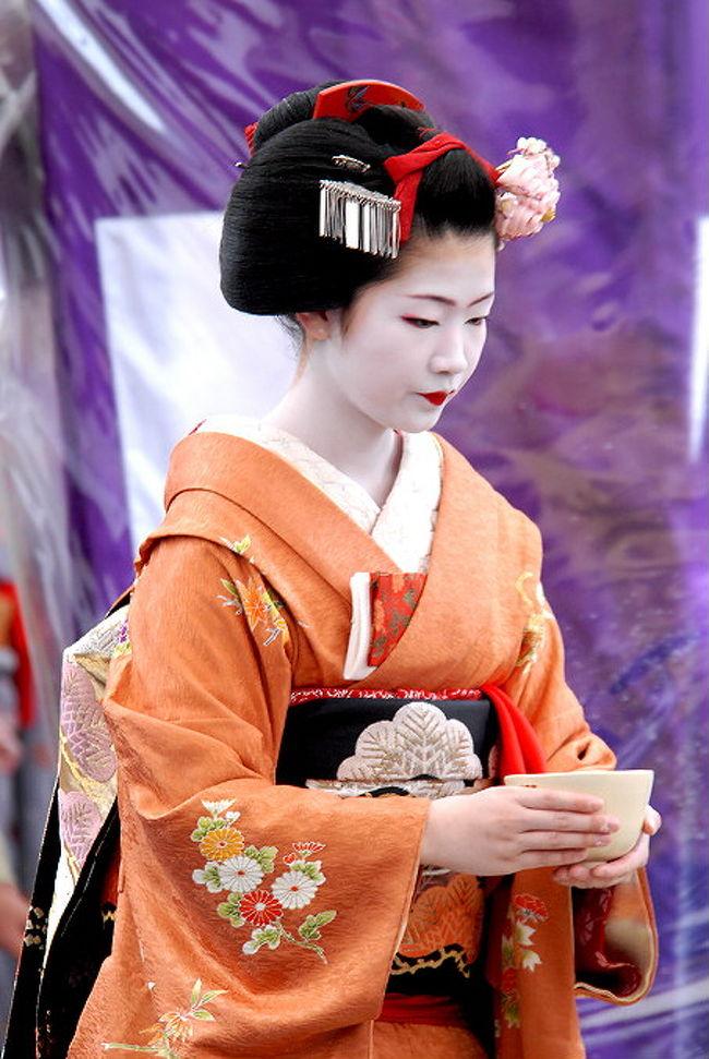 梅をこよなく愛した菅原道真の遺徳をしのぶ「梅花祭」が25日.<br />京都市上京区の北野天満宮で大勢の人で賑わいます。<br />於三光門前広場...上七軒総出の野点などが行われます。<br />上七軒の芸妓さんのお点前と舞妓さんの接待<br />華やかな芸妓さんのお手前を頂こうと特に人気があり、<br />参拝者が朝早くから長蛇の列でした。<br />早朝は、雨だから西陣散策して昼頃来たら雨は止んで<br />でも、30分以上待って列んで.やっと入れました。<br /><br />紅白に咲く梅、蝋梅の良い香りが漂い..<br />1000本の梅が見事に咲く梅苑も今が見頃です。<br />梅園も見ごろメジロが枝にぶら下がりせっせと<br />花の蜜を吸うのがかわいらしぃ が、<br />群れで来て素早く群れで消えた。<br /><br />参考資料<br /><br />2007北野天満宮.梅花祭.野点<br />http://orangestudio.homeip.net/gallery/user.php?userid=26560