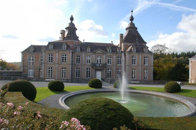 ヴェーヴ城の次に向かったのは、リエージュに近いモダーブ城。今日は、結婚式が行われていたが、一般公開されている部分には影響がなかった。こちらの城の方が、ヴェーヴ城に比べて、より贅をつくした内装。当時の貴族の権力がうかがわれる。<br /><br />このお城はベルギーにある数ある古城の中で、最も日本人になじみがある。それは、この城が日本人の結婚式を積極的に受け入れているから。今では年間25組ほどの日本人ペアがここで結婚式を挙げている。<br />