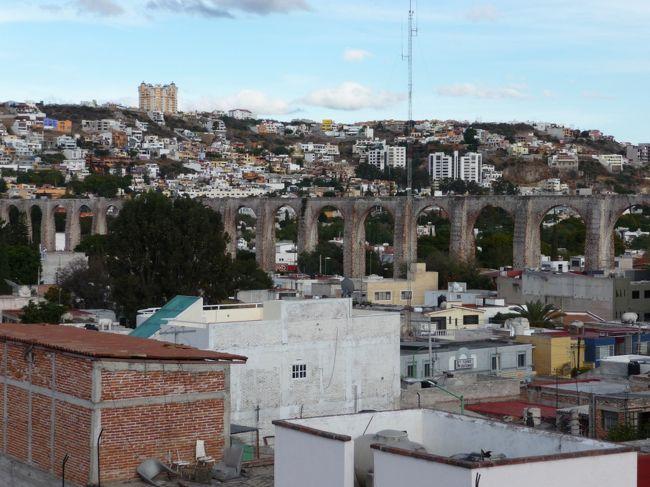 週末を利用してケレタロ郊外で開催されているメキシコ国内馬術選手権の試合を観戦がてら、世界遺産のケレタロの歴史地区と水道橋を見学に行きました。<br />メキシコ市からは比較的近い距離ですが、高速道路の周りの雄大な(でも代わり映えしない)景色が続く為に、運転する身の当方は退屈してしまいました。