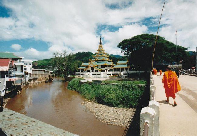 1996年 タイとミャンマーの国境線を求めて、タイのメーサイからタチレクへ入国しました。<br /><br />当初はミャンマーへの正式な入国をするためにビザも取得しておりましたが・・・。一人旅のため強制両替。<br />貧乏旅行に強制両替はつらく、タチレクへの入国で我慢。<br /><br />バンコク‐チェンライ‐メーサイ‐タチレク‐ゴールデントライアングル‐チェンライ‐バンコクのバンコク起点の日帰り旅行を決行しました。