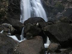 鼻白の滝 新宮熊野の山中、二段の豪快な段瀑 /和歌山県新宮市