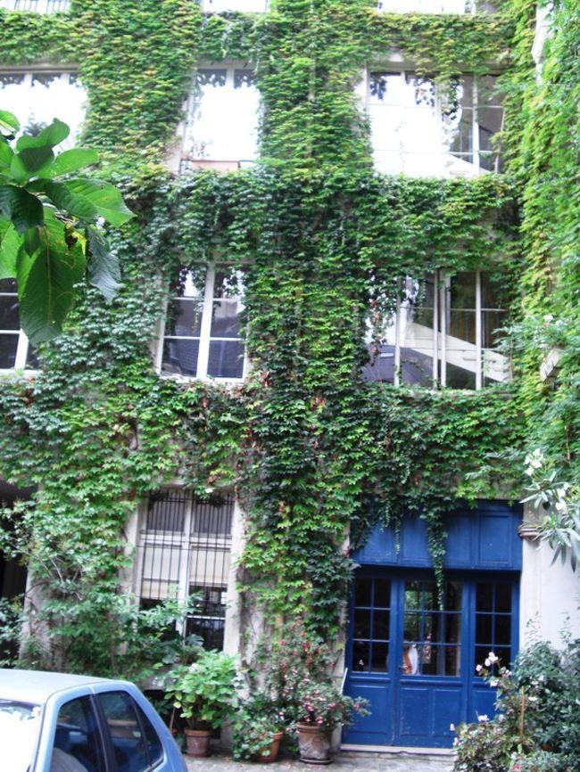 パリは日本の住宅事情と少し違う。まず、大きな門を入るとL字型にアパートが配置されていて駐車場と一体になってます。ここまで緑化宣言したら夏涼しいだろうなーーと感じながら入っていきました。この真正面2階がsigaki21が泊まる部屋なのだ。