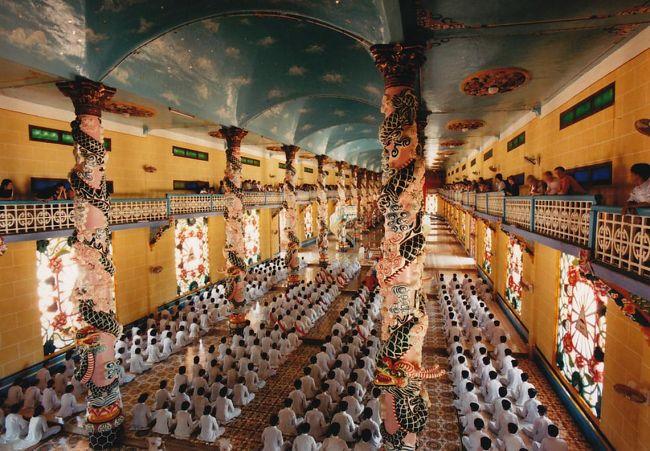 ベトナムの振興宗教 カオダイ教の総本山を訪問しました。<br />礼拝を見学できましたが、すごかった。<br />観光客集めにやっているのではないことに驚きました。<br />日に4回も礼拝をされるとか。<br /><br />