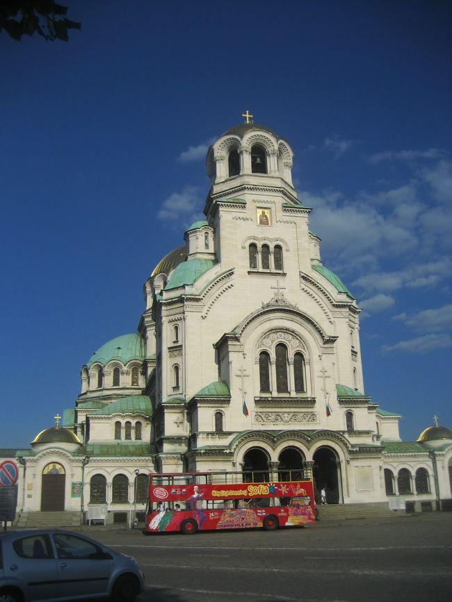 2008/07/17木 ソフィアへ移動<br />【宿泊:Hotel Slavyanska Beseda(ソフィア泊)】<br />・市民庭園<br />・聖ゲオルギ教会(入れず)<br />・聖ネデリャ教会<br />・大統領官邸前を通り過ぎて、セルディカ遺跡のある地下道を通り<br />・国立美術館<br />(一番楽しみにしていた民俗博物館は改装中で閉館(泣))<br />・シティ・アート・ギャラリーの画家の肖像展<br />・大統領官邸前の衛兵交代式<br />・聖ニコライ・ロシア教会<br />・アレクサンダル・ネフスキー寺院<br />夕食のあと国立オペラ座の前を通ってホテルに戻る<br /><br />ソフィアの教会・寺院の多彩さには驚きました。<br />古代ローマ時代の遺跡とセットの聖ゲオルギ教会に始まり、緑の丸屋根と石の壁に中世の香りを感じさせるブルガリア正教会の聖ネデリャ寺院。<br />オスマントルコ治世下に存在を許された半地下の聖ペトカ地下教会に、近代ブルガリアからのロシアとの縁の深さを感じさせる聖ニコライ・ロシア教会にアレクサンダル寺院。<br />そして建物の写真が撮れたのは後日ですが、オスマントルコの香りの残るイスラム寺院バーニャ・バシ・ジャーミヤや、ユダヤ教のシナゴーグ。<br />同じ正教会でもルーマニア正教会の教会もありました。<br /><br />さすがに半日でこれらの教会の中を見て回れたわけでなく、見学は後日に回したものもあります。<br />残念ながら今回の旅行では見学できなかったものもあります。<br />後日再訪したので、外観の写真を撮り直したところもあります。<br />特にアレクサンダル寺院の美しさは、このブルガリア旅行を始める前から憧れていました。<br />通りかかるたびに、何枚も写真を撮りたくなったものです。<br />時間帯やアングルが違えば、同じ写真にはならないから。<br /><br />でも、目星をつけていた教会のほとんどは、外観を見るだけでもこの半日で回れてしまいました。ちょっとびっくり。<br />ソフィアの観光エリアは、地図でルートを研究していたときの実感よりは、ずっと狭かったです。<br />都合の良い見方をするなら、その中に魅力がコンパクトに詰まっているといえます。<br />悪いというか、残念に思えたのは、同じようなところを何度も歩くことになることですね。<br />何度見てもカメラを構えたくなる魅力的な建物もありましたが、どうせなら真新しいものをたくさん目にしたいと思ってしまうから。<br />見慣れたものにだって、視点を変えればいくらだって発見があるものだ、とわかってはいるけどネ。<br />今度いつ訪れるか分からない観光客だから。