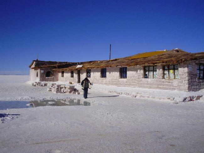 コルチャニでは、塩を材料として作成した民芸品を販売している。コルチャニに周辺では、塩湖の塩を袋詰めしてボリビアの市場へ出しています。プラヤ ブランカ塩のホテルは、以前は、宿泊施設と利用されていましたが、現在は、博物館として利用されています。でも、現在でも隠れて宿泊させています。営業許可が有りませんのでご注意下さい。<br /><br />ポトシの観光名所<br />-ポトシ市自体がユネスコの世界文化遺産として登録されているので、街の中をぶらり旅するのも面白い<br />-ポトシは、スペインの植民地時代から鉱山の町として有名。最近はウユニ塩湖でも知られるようになっている<br />-鉱山ツアーも出来る、2009年01月にセーロリコ(富の山)の中に世界一高い博物館がオープンする(標高4000m)<br />-旧国立紙幣局、現在は、博物館になっている<br />-ポトシの目玉は、ウユニ塩湖である:塩のホテル、湖、奇の岩、フラミンゴ、先祖の墓、列車の墓場、温泉等<br />-湖巡り:色取り取りの湖:赤、白、緑、黄、水色、その他7湖(6泊7日必用)<br />-チリ国のサンペドロ デ アタカマ迄2泊3日で行ける、その際:赤い湖、白い湖と緑湖、温泉/入浴可、奇の岩、<br />石の木、フラミンゴ等が見れる<br />-ホテルは、四星以上をお勧め(理由:標高が高いので鉱山病になった場合、四星以上は酸素ボンベー置いてある)<br />-レストランは、中央広場周辺のレストランをお勧め<br />