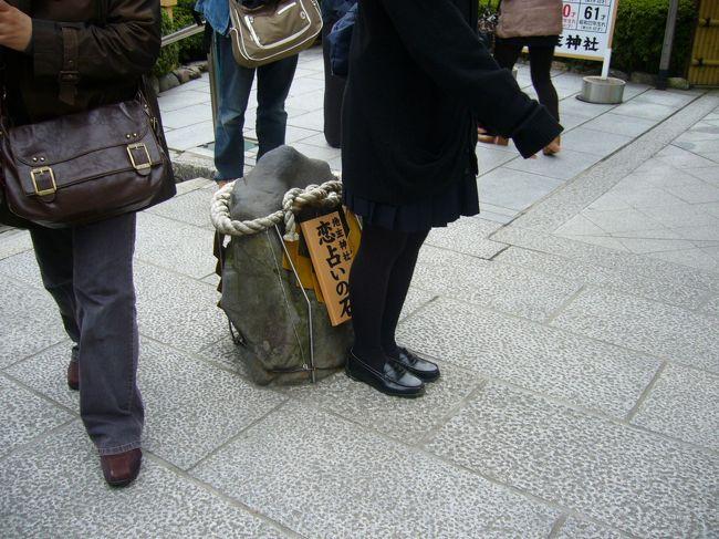 着物で京都旅行の2日目♪<br /><br />さすがに2日目は着物ではなく普段着でした。<br />いっぱい動き回るつもりだったし。<br />※題名に「着物で・・・」て書いてますが、着物出てきませんので悪しからず。。。<br /><br />この日はまず、姉のリクエストで清水寺へ☆<br />そして午後は妹のリクエストで金閣寺へ☆<br /><br />結構離れてるこの二つのお寺を回るために清水は朝一で!!<br />結構空いててじっくり見れたからよかった~<br /><br />?清水・衣笠エリア編のその1は清水寺見学の日記です(*^_^*)<br /><br />●この日のルート●<br />8時前…清水寺(所要1時間20分)<br /> ↓      一度旅館に帰ってから、バスで約30分移動<br />11時前…金閣寺(所要30分)<br /> ↓<br /> ランチタイム<br /> ↓<br />12:30…等持院(所要30分)<br /> ↓<br />13:30前…龍安寺(所要40分)<br /> ↓      きぬかけの道をてくてく10分<br />14:30スギ…仁和寺(所要1時間ちょい)<br /> ↓<br />15:30ごろ…如心寺<br /> ↓      しかし、開いてなかった。。。涙<br /> 帰宅<br /><br />●訪れた世界遺産●<br /> 清水寺・金閣寺・龍安寺・仁和寺