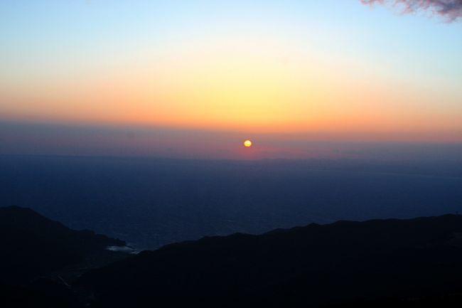 伊豆多賀からは、伊東・冷川峠経由で修善寺へ<br />そして戸田峠に向かい、そこから西伊豆スカイランに・・・<br /><br />西伊豆スカイライン・西天城高原線(県道411)を走り、<br />仁科峠に着く頃には日が傾いてきたので、仁科峠から夕日を眺めました。<br />