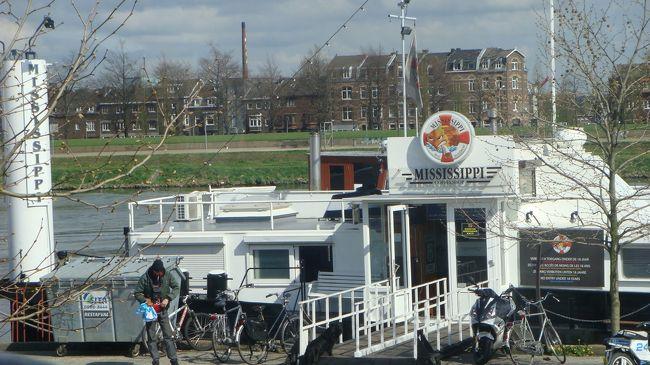 ベルギーからオランダへの100キロ弱の移動の車窓風景。<br /><br />写真は、マーストリヒトで最初に停まった待ち合わせ場所。<br />目印はミシシッピーという名のコーヒショップ<船>の前だった。<br /><br />途中は、順調だったのに・・・マーストリヒトの街中で、観光バスが同じ道を行ったり来たり。<br />どうやら、待ち合わせ場所が一方通行のため、随分とドライブのサービス。<br />しかし、ガイドさんとの待ち合わせ場所へ行ってみれば、誰も居なく、電話で確認してからまた移動。
