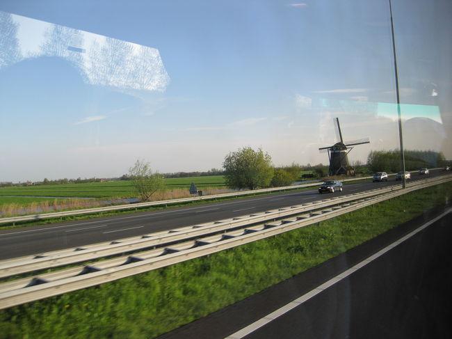 ☆ついに実現!オランダ・ベルギー花紀行。<br /> 思い起こせば昨年12月、新年出発で申し込みをしていたツアーが人数不足のため、ことごとく催行中止となりました。<br />涙を呑んで待ち望んだ今回の海外旅行、喜びもひとしおでした。<br /> <br /> いや〜、しかし4月まで待ってよかった、ヨーロッパ旅行!<br />気候もいいし日も長い。なんと言っても新緑がきれい!!<br />どこをとっても絵になる景色、本当に溜息が出るほどすばらしかったです。<br /><br />旅行行程:<br /><br />  【ハーグ】⇒【デルフト】⇒【キンデルダイク】⇒【アントワープ】⇒<br />      <br /> ⇒【ゲント】⇒【ブルージュ】⇒【ブリュッセル】⇒【アルデンヌ地方】⇒<br />      <br /> ⇒【デュルビュイ】⇒【マーストリヒト】⇒【トールン】⇒【ユトレヒト】⇒<br />      <br /> ⇒【アールスメア】⇒【キューケンホフ】⇒【アムステルダム】<br /><br />旅行会社:J○B旅物語<br />旅行日数:7泊9日<br />旅行代金:\239,000<br />燃油サーチャージ:\15,700<br />現地空港税:\12,510<br />国内空港使用料:\2,650<br />参加人数:29名<br />添乗員:1名<br /> <br />