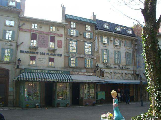 星の王子さまミュージアムに行ってきました。<br /><br />お昼ご飯は、小田急線「小田原駅」の近くの<br />「田(でん)」という居酒屋で<br />「生しらす丼」を食べました。<br />定食で、1,000円。ちょっと高い感じ。<br />でも、生しらすって、美味しいです!<br /><br />星の王子さまミュージアムまでのアクセスは、<br />箱根湯本や小田原から、登山バスか、<br />施設めぐりバスに乗って30分。<br /><br />川向・星の王子さまミュージアムの停留所で降ります。<br /><br />シャボン玉でいっぱいのメルヘンチックな夢の入口。<br />星がちりばめられた看板や床がカワイイです。<br />「星の王子さまミュージアム」は、作者の<br />アントワーヌ・ド・サン・テグジュペリの<br />生涯とサン・テグジュペリの作品に関する<br />写真や部屋や書物の展示ホールがあります。<br /><br />展示ホールの外は、日本にいることを忘れるような<br />フランスの街が再現されています。<br />壁のペイントやお花や庭園がとてもステキな所です。<br /><br />古いフランスの街に迷い込んでしまったような<br />小径や庭園が素敵です。<br />海外旅行をしている様な気分にしてくれます。<br /><br />カフェのコーヒーやケーキがとても甘くて上品でおいしかったす。<br /><br />箱根フリーパスを買うと、小田急線の往復料金が入っていて<br />登山電車や登山バスが乗り降り自由になります。<br />箱根フリーパスは、2日間有効だと5,000円です。