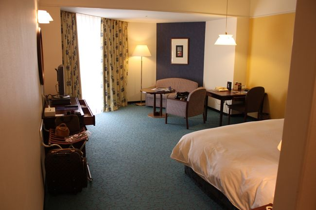 今年のGWは、このホテルを拠点に神戸の街を探索することにしました。<br /><br />いつもはもっとホテルや旅館に凝ったりするのですが、今年は行きたい場所や泊まりたい施設の検討をし始めるのが遅く、気付いた時にはもう旅館は満室だったりで、ほとんど選んでる余裕がありませんでした。<br /><br />なんとかギリギリで予約が取れたのがこちらのホテルで、それでも1・2・3日の3連泊だけで、4日は別のホテルに引っ越しです。<br />決め手になったのは、3連泊ができるということの他に、お部屋が38.5?と広いことや、インターネットが無料ということなどです。<br /><br /><br />◎ 南館ダブル 38.5?+バルコニー<br /><br />宿泊料 5月1日 13000円<br />    5月2日 24000円<br />    5月3日 24000円<br />