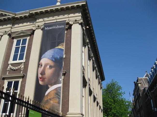 ☆ジャジャ〜〜ン!やってきました、マウリッツハウス美術館!<br />ここでの目玉はなんといってもオランダが生んだ巨匠、フェルメールの「真珠の耳飾りの少女」でしょう。この絵を見るためだけにハーグを訪れる観光客もいるそうです。<br /> chicorinもこの絵を見るの、とっても楽しみにしていたんです♪本物はどんな絵なんだろう…。ワクワクしながら入り口をくぐりました。<br /><br />旅行行程:<br /><br />  【ハーグ】⇒【デルフト】⇒【キンデルダイク】⇒【アントワープ】⇒<br />      <br /> ⇒【ゲント】⇒【ブルージュ】⇒【ブリュッセル】⇒【アルデンヌ地方】⇒<br />      <br /> ⇒【デュルビュイ】⇒【マーストリヒト】⇒【トールン】⇒【ユトレヒト】⇒<br />      <br /> ⇒【アールスメア】⇒【キューケンホフ】⇒【アムステルダム】<br /><br />旅行会社:J○B旅物語<br />旅行日数:7泊9日<br />旅行代金:\239,000<br />燃油サーチャージ:\15,700<br />現地空港税:\12,510<br />国内空港使用料:\2,650<br />参加人数:29名<br />添乗員:1名<br />