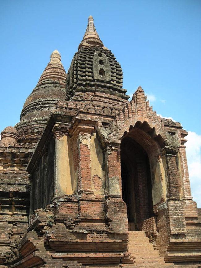 ミャンマーに行きました。<br /><br />5/4 成田→バンコク→ヤンゴン ヤンゴン泊<br />5/5 飛行機でヤンゴン→バガン、バガン観光<br />5/6 バガン観光<br />5/7 飛行機でバガン→ヤンゴン、ヤンゴン観光<br />5/8 ヤンゴン→バンコク、バンコクで12時間遊び、夜便で成田へ<br />5/9 成田到着<br /><br />・ミャンマーまではタイ航空で。その日に着けるし、タイ航空正規割引は5/4からだと安かった。<br />でもバンコクでtransitの時に外に出ちゃいけないチケットだったので、帰りに空港税700B払いました。<br /><br />・ミャンマー国内移動は飛行機。オフシーズンだから片道USD78で行けた。帰りはマンダレー/ヘーホー経由で長かった。<br />「予定より遅れることが多い」ってガイドブックには書いてあったけど、まったく遅れずむしろ早く出発/到着しました。<br /><br />・国内線のアレンジはMyammar PLG Travelさん(http://www.myanmarplg.com/index2.html)にお願いしました。対応もよく、航空券やヤンゴンのホテルの予約も割引が良かったです。<br />両替も事前に頼んでおけばしてくれます。でもホテルでした方がレートがいいです(もっともボージョーアウンサンマーケットが開いてる時間なら、そっちの方がレートがもっと良くてベストだけど)。<br /><br />で、バガン2日間。1日は遺跡ハイライト巡り。2日目はポッパ山と自転車で遺跡巡り。<br />とてもよかったです!!<br />
