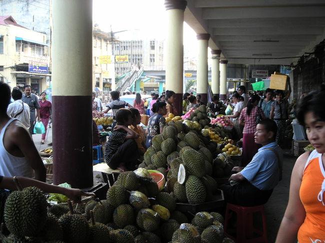 5/4 成田→バンコク→ヤンゴン ヤンゴン泊<br />5/5 飛行機でヤンゴン→バガン、バガン観光<br />5/6 バガン観光<br />5/7 飛行機でバガン→ヤンゴン、ヤンゴン観光<br />5/8 ヤンゴン→バンコク、バンコクで12時間遊び、夜便で成田へ<br />5/9 成田到着<br /><br />・ミャンマーまではタイ航空で。その日に着けるし、タイ航空正規割引は5/4からだと安かった。<br />でもバンコクでtransitの時に外に出ちゃいけないチケットだったので、帰りに空港税700B払いました。<br /><br />・ミャンマー国内移動は飛行機。オフシーズンだから片道USD78で行けた。帰りはマンダレー/ヘーホー経由で長かった。<br />「予定より遅れることが多い」ってガイドブックには書いてあったけど、まったく遅れずむしろ早く出発/到着しました。<br /><br />・国内線のアレンジはMyammar PLG Travelさん(http://www.myanmarplg.com/index2.html)にお願いしました。対応もよく、航空券やヤンゴンのホテルの予約も割引が良かったです。<br />両替も事前に頼んでおけばしてくれます。でもホテルでした方がレートがいいです(もっともボージョーアウンサンマーケットが開いてる時間なら、そっちの方がレートがもっと良くてベストだけど)。<br /><br />こちらはヤンゴン編。<br />町が活気があっていいねー。暑かったけど。<br />