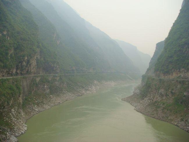 三峡ダムができて、長江の流れが相当変わったそうです。 要するに水かさが増し、流れがすごく緩やかになったとか。 映画「レッドクリフ」この当時の流れはもっと急だったのではないかと思います。(2009年記)