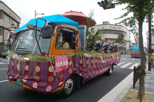 五月三日のゴールデンウィークに京都に足を運んだところ、街の中を奇怪な車が走っていた。それは、平安時代からやって来た人たちを乗せたタイムマシンだった。<br /><br />なお、このアルバムは、ガンまる日記:平安時代からやって来たタイムマシン[http://marumi.tea-nifty.com/gammaru/2009/05/post-125e.html]とリンクしています。詳細については、そちらをご覧くだされば幸いです。