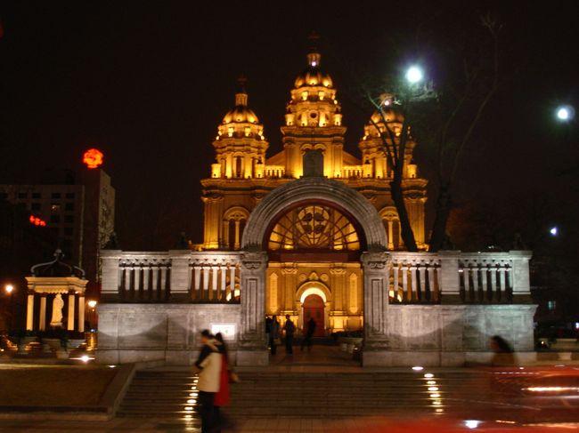 2008年3月に日中交流事業として中国を訪れました。<br />香港に近い広東省の広州市、東莞市を経て最終地は北京でした。<br /><br />万里の長城にも行けたし、天壇公園も外からだけ見えたし、なんと言っても広州の食事は美味しかった。<br /><br />オリンピックをまじかに控えた北京市は予想を覆す青空でした。<br /><br />こちらの写真は、北京市内で夕食を食べに行くときに実に中国らしくない建物だと思って撮ったものです。