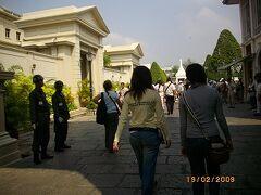 バンで寺巡りは早朝からの出発パンダツアー