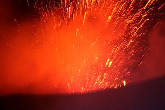 秘境・ヴァヌアツ共和国とニューカレドニアに行ってきました。ヴァヌアツは現存する世界の活火山の中で最も火口近くで見られることで有名。轟音と地響きの中で真っ赤に噴き上げるマグマ!この場にいて興奮しない人はいない。また世界の絶景100選のベスト10内に選ばれた「ブルーホール」!湧き水によって出来た池の神秘的なターキッシュブルの美しさ!これぞまさに秘境の魅力!<br />一方ニューカレドニアは「世界で最も天国に近い島」といわれるほどの別世界!中でも世界遺産の「イル・デ・パン島」は世界にこんな美しい海があったかと信じられないほどの美しい海の色!<br />今回も、好天気に恵まれ、新しい発見、新しい感動があった。やはり旅は楽しい・・!! <br /><br /><br />詳細は<br />http://yoshiokan.5.pro.tok2.com/<br />旅いつまでも・・