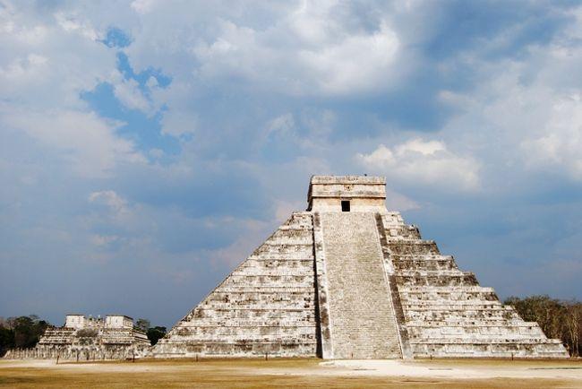 日本の外務省から新型インフルエンザに関するメキシコへの警報が「渡航の延期」から「十分注意」に引き下げられました!!!それに伴い早々、メキシコ国内やアメリカから日本人の観光客が戻ってきております。5月24日、チチェンイッツァ遺跡に行ってきました。通常は大型観光バスが一日平均40〜50台、しかし本日は大型観光バスはたったの6台・・・。なので遺跡内はとっても空いていて遺跡をバックに写真を撮るにはシャッターチャンスばかり・・・通常は毎日3〜5千人の観光客が訪れる中での撮影とは大違い。更にカンクンのホテルは通常であれば高額なホテルも今ならなんと1泊、1部屋の料金が80〜120ドルと出血大サービス中でお得な金額で宿泊出来るチャンスです。