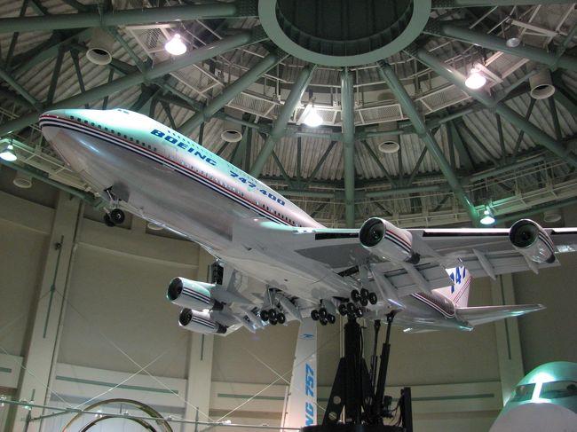 航空科学博物館は、千葉県山武郡芝山町の成田国際空港A滑走路南端に位置し、平成元年8月開館しました。YS−11試作1号機やDC−8のフライトシュミレータ、ボーイング747の大型模型、成田空港の模型などが展示されています。<br /><br />屋外展示場には、日本製のYS−11試作1号機を初めとして、セスナやヘリコプターなど約20機の飛行機が展示されています。<br /><br />1階中央棟には、ミュージアム・ショップやアンリファルマン複葉機、R3350エンジンなどが、また、1階・2階西棟には、ボーイング747の大型模型や747のエンジン、タイヤ、客室、コクピットなどが展示されています。<br /><br />1階東棟には、多目的ホールやDC−8シミュレーターなどがあり、1階奥野外には&quot;747セクション41&quot;が展示されています。2階東棟には、成田空港の1/800の模型や音の体験コーナー、エコエアポート・コーナーなどがあります。<br /><br />3階は、屋外展望台になっており、成田空港に離着陸する飛行機を間近に眺め、迫力のあるエンジン音も楽しめます。<br />4階には展望レストラン「バルーン」があり、飛行機を眺めながら食事を楽しむことができます。5階は、展望展示室になっており、ソファーに座りながら、飛行機の離着陸を楽しめます、また、管制卓など航空管制に関する機器も展示してあります。<br /><br />入館料は、大人500円、中高生300円、こども200円です。休館日は毎週月曜日、月曜日が祝祭日の時は火曜日が休館日です。駐車場は無料です。<br /><br />成田空港から、航空科学博物館行きの路線バスが出ています。成田空港第1ターミナル1F30番バス停発、9.35 11.35 13.35 15.35 、第2ターミナル3F2番バス停発、9.43 11.43 13.43 15.35 、芝山千代田駅発、9.48 11.48 13.48 15.48 、航空科学博物館着、9.50 11.50 13.50 15.50 です。帰りは、航空科学博物館発、10.10 13.10 14.10 16.10 17.10 で、芝山千代田駅と第2ターミナルを経由して、第1ターミナル着、10.25 13.25 14.25 16.25 17.25 です。<br /><br />成田空港A滑走路の、離着陸機無料鑑賞ポイントは、2か所あります。三里塚さくらの丘公園は、A滑走路南西に位置しています。成田さくらの山公園は、A滑走路北端に位置しています。お勧めは、成田さくらの山公園です。その日のフライトスケジュールは、成田国際空港フライト情報(http://www.narita-airport.or.jp)を確認して下さい。<br /><br />2009/05/26 第1版<br />2009/12/02 第2版<br />2011/03/21 第3版<br />2011/08/04 第4版<br />2011/11/01 第5版<br />2012/04/10 第6版
