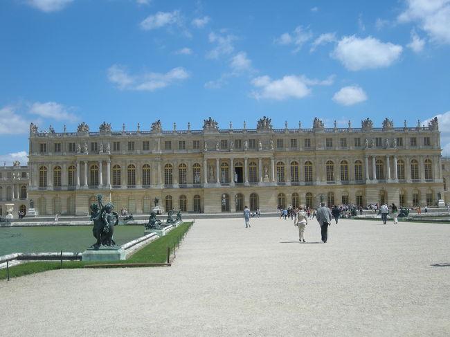 最後の観光としてベルサイユ宮殿に行ってきました。<br />以前に映画『マリー・アントワネット』を見てから1度行ってみたかった場所でした。<br />やっぱりこんだけお金かけたらフランス革命が起こっても仕方ないわ~なんて思いながら最後の観光を楽しみました!