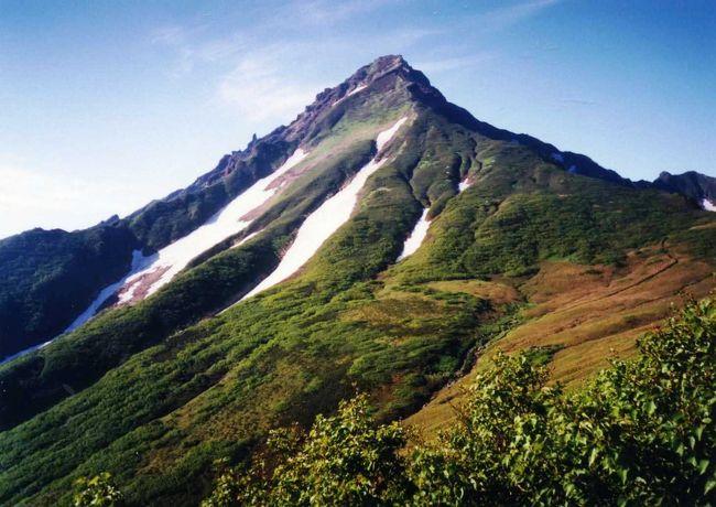 利尻山は一番北にある日本百名山です。島全体が山で、海から1721mの山がすくっと聳え立っており、カッコいいです。利尻山に登りたいと、随分前から思っていましたが、北海道は遠く、時間もなく、なかなかその機会に恵まれませんでした。1998年の6月、思い切って出かけて行きました。 <br /> 利尻山は見て良し、登って良し。礼文島から見た利尻山の姿はりりしくさわやかで、魅了されましたが、登りながら見た利尻山の堂々とした姿も素敵でした。 <br /> この年の北海道行きが、私を「北海道大好き人間」にし、その後、度々北海道を訪れるきっかけとなったのです。 <br /> これはそんな利尻山登山のアルバムです。