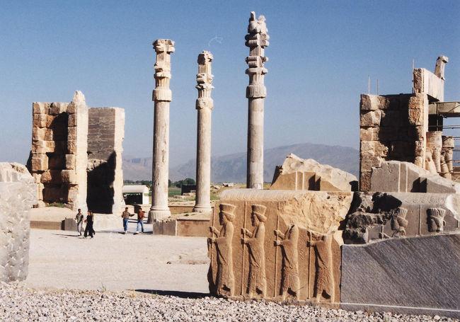 イランの旅の記録です。まずは世界遺産のペルセポリスから。<br /><br />4/29(木) 成田→テヘラン<br />4/30(金) テヘラン→シラーズ→イスファハン<br />5/1(土) イスファハン<br />5/2(日) イスファハン<br />5/3(月) イスファハン→マシュハド<br />5/4(火) マシュハド→テヘラン(車中)<br />5/5(水) テヘラン→成田<br />5/6(木) 成田<br />