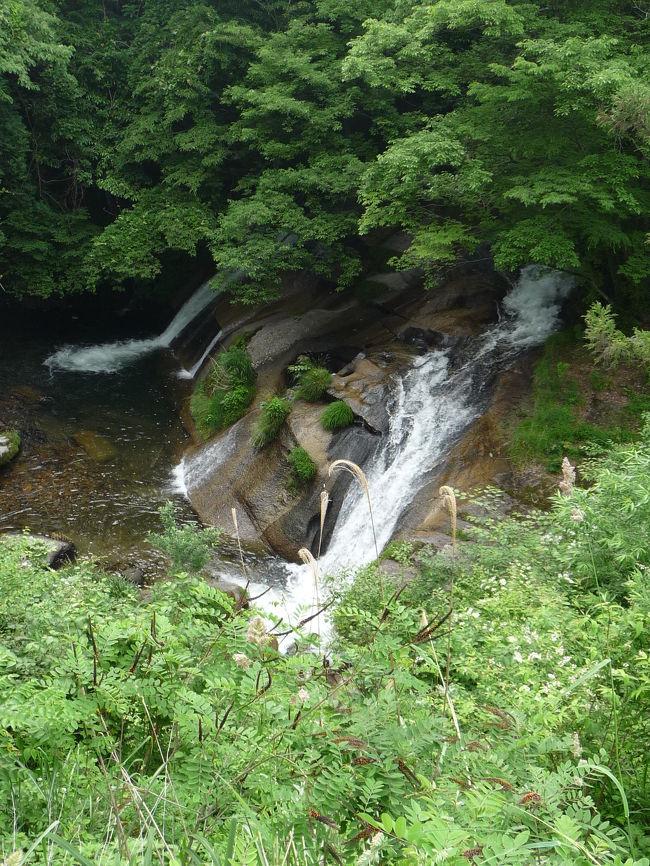 湯原温泉周辺の3つの不動滝を見た後、さすがに夏至が近い6月ということもあって、まだまだ明るいので「まだ滝めぐりができる!」ということで奥津方面に山越えをして、羽出川中流にある「泉源渓谷」へと向かいました。<br />その「泉源渓谷」にある2つの滝『大滝』『唐音の滝』をご紹介します。