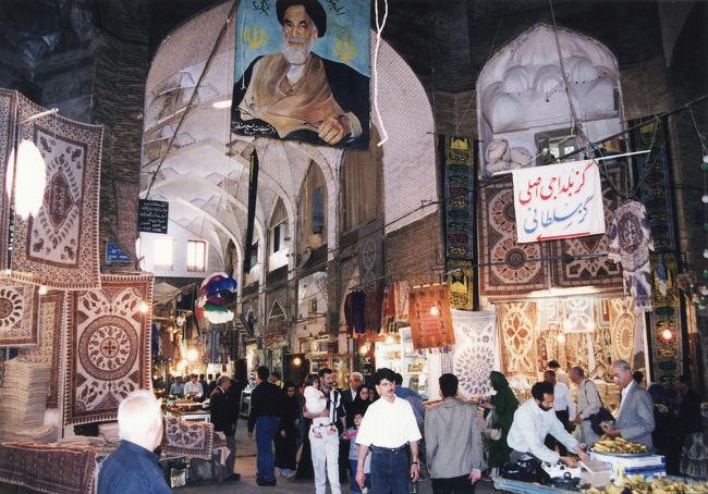 イスファハンの見どころはイマーム広場だけではなく、複雑な路地が入り組んで広がるバザール、ザーヤンデ川沿いに架かる美しい橋など見どころが数多くあり、歩いているだけでも楽しくなる街です。