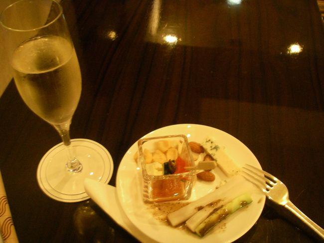 ヒルトン東京のエグゼクティブフロアが半額ででてたので宿泊してみました。<br />ということでいつもバタバタしてて、ホテルでゆっくりする暇ないのですが、<br />今回はゆっくりのスケジュールにしてみました。<br /><br />帝国ホテルの朝ごはん&ペニンシュラでデザートも行ってしまって<br />食べすぎの週末でした(^^;<br /><br />往 路:ANA<br />復 路:ANA<br />宿 泊:ヒルトン東京<br />    36階(エグゼクティブフロア)<br />費 用:4.5万円