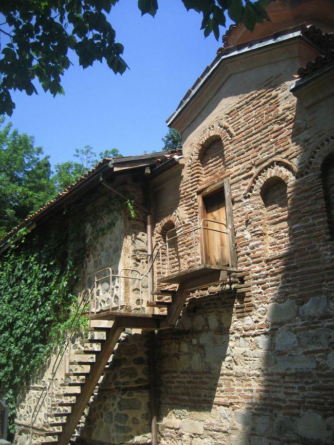 2008/07/20日 ソフィア観光<br />【宿泊:Hotel Slavyanska Beseda(ソフィア泊)】<br />・ボヤナ教会(世界遺産)(ガイドに車で案内してもらった)<br />・海外アート国立ギャラリー<br />・考古学博物館<br />・大統領官邸前の衛兵交代式(再び。今度は最初から最後まで)<br />・ツム・デパート散策<br /><br />何かあったら連絡していいよ、と言われたので、泣きついてみました。<br />今回の旅行の前半にお世話になった現地ガイドに、本日のボヤナ教会行きを。<br /><br />内部のフレスコがすばらしいという世界遺産のボヤナ遺産は、ソフィア観光では外したくないところです。<br />しかし、ソフィア近郊のボヤナは、ちょっとばかりアクセスが不便です。<br />昨日の午後に出かけた国立博物館も同じくボヤナにあるのですが、あの往復ですっかり懲りてしまいました。<br />ただでさえバスは苦手なのに、時刻表もなくあてどなく待つのはつらいです。<br /><br />関連の旅行記<br />「2008年ブルガリア旅行第14日目ソフィア(2)慌てて国立歴史博物館に出かけた午後」<br />http://4travel.jp/traveler/traveler-mami/album/10346071/<br /><br />いや、ほんとはちゃんとソフィアの観光案内所で聞けば、時刻表などの情報を得られ、それにあわせて行動すればよいだけだったかもしれません。<br />しかし、去年(2007年)のルーマニア旅行は基本的に観光案内所がないところだったり(2007年7月現在)、必要な情報は旅行前にネットで検索しておくのに慣れたから、現地の観光案内所で確認する、という個人旅行の基本を忘れてしまいました。<br /><br />しかし、ガイドに電話し、日曜日にボヤナ教会を案内して欲しいけれど手配可能か、と尋ねると、快く承知してくれました。<br />私はオプショナルツアーのつもりでしたが、車を出すのもガイド代もサービスしてくれました。<br /><br />ボヤナ教会のフレスコ画は聞きしに勝るすばらしさでした。<br />フレスコ画が美しいイタリア・ルネサンスの教会のジョットやミケランジェロの絵を眺めているようでいて、彼らが活躍した時代より前世紀(13世紀)に描かれたものなのです。<br />写真撮影が禁止されていたのが残念ですが、チケット売り場にカラー写真がきれいな英語版のパンフレットがあり、長く記憶と感動を留めるのに役立ちました。<br /><br />車を出してもらえたおかげでボヤナ教会の見学は午前中で終わったため、午後は、まだソフィアで未訪問の博物館や教会・寺院を訪れることができました。<br /><br />ちなみに、ボヤナ教会行きはガイドに泣きついて正解だったかもしれません。<br />日曜のソフィアは交通量が驚くほど少なかったですから。<br />ただでさえ少なかったボヤナ行きのミニバスの本数は、さらになかった可能性が高いです。<br />あるいは公共交通機関で行くなら、日曜日は避けることですね。<br />