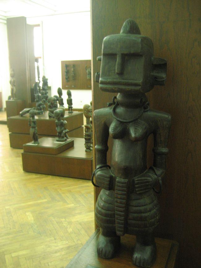 2008/07/20日 ソフィア観光<br />【宿泊:Hotel Slavyanska Beseda(ソフィア泊)】<br />・ボヤナ教会(世界遺産)(ガイドに車で案内してもらった)<br />・海外アート国立ギャラリー<br />・考古学博物館<br />・大統領官邸前の衛兵交代式(再び。今度は最初から最後まで)<br />・ツム・デパート散策<br /><br />3日目のソフィアでまだ見ていない博物館というと、あとは海外アートギャラリーと考古学博物館くらいでした。<br />ここは考古学博物館を優先すべきでしたが、あいにく「地球の歩き方」の解説では、考古学博物館にあまり魅力が感じませんでした。<br />(ここでLonely Planetの方をチェックしていたら!)<br />代わりに海外アート国立ギャラリーに入りました。<br />ブルガリアでわざわざ海外アートを見なくてもと思ったのですが、美しい立派な宮殿と宣伝の大きな垂れ幕を目の前にしたら、ふらふら入りたくなりました。<br /><br />海外アートギャラリーでは、別途撮影代も奮発(※)しました。<br />その方が絶対に楽しめますから。ブルガリアで見なくても、と思った海外アートをわざわざ見るのなら。<br /><br />おかげで思ったとおり、とても楽しかったです。<br />西洋絵画よりもインドをはじめとする東洋やアフリカの彫刻の方に興味がわきました。<br />私の好みは、昔なら断然、絵画が上だったのですが、最近は工芸や彫刻などに変わってきた自覚があります。<br />ヒンズー寺院の外壁の浮彫りなど、行ったことがない国のものだけに、余計に興味深かったです。<br />また、日本人ゆえでしょう、浮世絵なとが展示されていると、なんだか嬉しくなってしまうものですね。<br /><br />海外アートギャラリーではたくさん写真が撮れたので、旅行記を1階の東洋アフリカ彫刻編と2階のヨーロッパ絵画編に分けることにしました。<br /><br />※入場料4.00レヴァ+写真代10.00レヴァ。<br />(2008年7月現在、1レヴァ=約0.5ユーロ、1ユーロ=約170円で換算)