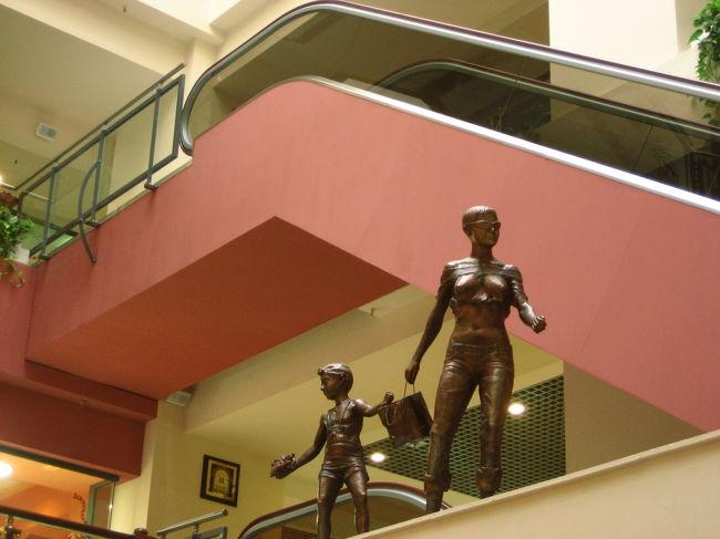 2008/07/20日 ソフィア観光<br />【宿泊:Hotel Slavyanska Beseda(ソフィア泊)】<br />・ボヤナ教会(世界遺産)(ガイドに車で案内してもらった)<br />・海外アート国立ギャラリー<br />・考古学博物館<br />・大統領官邸前の衛兵交代式(再び。今度は最初から最後まで)<br />・ツム・デパート散策<br /><br />考古学博物館は、「地球の歩き方」の説明では片手落ち!<br />もっとコレクションが充実していました。<br />海外アート国立ギャラリーでも思いましたが、Lonely Planetの方が正しかったです。<br />そのLonely Planetは事前に一度読んであったのですが、直前に読み返さなかったため、忘れていました。<br />もともと私は先史時代の出土品にはそれほど興味はわかないのです。<br />そのため、まだ閉館30分前を切っていないから時間つぶしに……なんて気分で、たいして期待せずに入ってしまいました。<br />本日、ボヤナ教会に行くのに現地ガイドに車を出してもらったおかげで、時間ならたっぷりあったのです。<br />考古学博物館にあんなにすばらしい、私好みのコレクションがそろっているのなら、もっと早くに博物館に向かっていればよかったです(泣)。<br /><br />夕食をとりに行く前に、目指すレストランの途中にあったので、ツム・デパートをぶらぶらしてみました。<br />ソフィアのツム・デパートは、モスクワのグム・デパートみたいでした。<br />1階は化粧品売り場で、西欧ブランドのものばかりで、日本のデパートとちっとも変わりありません。<br />ほんとは、ホテルなどで見かけた、街の紋章入りのスプーンのようなものを探したかったのです。そういうのならバラまき用のおみやげにちょうどよいではないですか。<br />しかし、ツム・デパートにも、それから翌日に回ったセントラル・ハリ市場やジェンスキー・バザールー(青空市場)でも見つけることができませんでした。<br />ああいうのってどこで売ってるのかなぁ。<br />素敵な雑貨を見かけてもイタリア製品だったり、スワロスキーの店があったり。<br />ツム・デパートの中でブルガリアのおみやげらしいものが買えそうなところは、せいぜいローズウォーターや、様々なエッセンシャルオイルを売っていたその手の専門店くらいしか見つかりませんでした。<br /><br />ただし、こうやって話のタネにできたので悪くないです。<br />クーラーがきいていて涼しくて、休めるイスもあり、無料で入れるトイレもきれいでしたしネ@