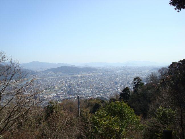 足が速い!軽い!飛び跳ねて山に登る!のが唯一の自慢だったK(我が夫)が足首近くの骨を折った。思いもしなかった松葉杖での移動。「ブルーな毎日」だから気分転換に車で行ける絶景ポイントに行きたい。って。で、緑井(広島市安佐北区)へ出たついでに行ってきました「権現山(396.8m)」。車での登り口がわからなくて、迷いました。それはJR可部線七軒茶屋駅すぐ近くにありました。<br /><br />