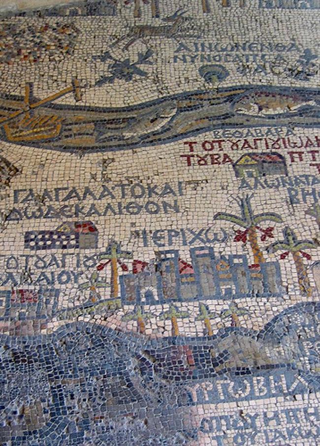 アンマンから約 30 キロほどのところにマダバという街があります。小さな田舎町ですが、モザイク画でとても有名です。<br /><br />正ジョージ教会には、6 世紀に作られたモザイク地図が現存しています。この地図は 200 万個もの色付きの石を使用して作られたということで、当時のパレスチナ全域の様子を知ることができます。現在残っているこの地図は、もともとの大きさの4分の1ほどだということです。<br /><br />マダバでは、モザイクの作り方の見学をすることができます。マダバのモザイクは、すべて天然の石を使って作られます。小さくカットした石を埋め込んでいく、とても精密な作業です。出来上がったモザイクはとっても素敵。<br /><br />博物館もあるようです。ヨルダン観光局の情報によると、「マダバの博物館は必見です。 素晴らしいモザイク画だけでなく、ヨルダン古来の刺繍が施された民族衣装、宝飾品、陶器が展示されています」とのこと。時間のある方はぜひのぞいてみてくださいね。<br /><br />http://plaza.rakuten.co.jp/fmtours/ では現地在住の視点からヨルダンでの生活をご紹介しています。ご旅行に関することなら http://picturesque-jordan.com/ をご参照ください。