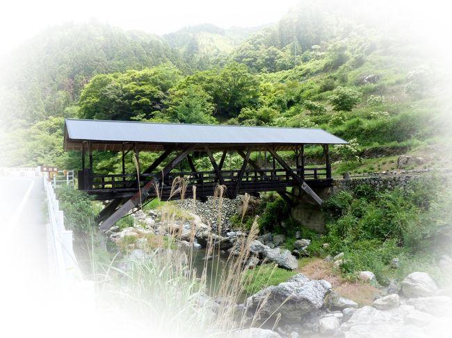 いよいよ河辺の屋根付き橋も残すはあと二橋になった。 河辺川に沿って県道をさらに北上、道路わきに帯江橋(おびえはし)が見えてきた。 雨・露による腐敗から橋を防止するために造られ、農産物や農機具の保管場所として使われている。また地域住民の憩いの場ともなっている。(案内パンフより) 長さ 16.5m  幅 2.8m  総トタン葺き屋根(案内では杉皮葺き) 木製歩道橋